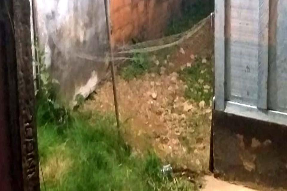 Garoto de 14 anos morre ao pular muro para pegar bola