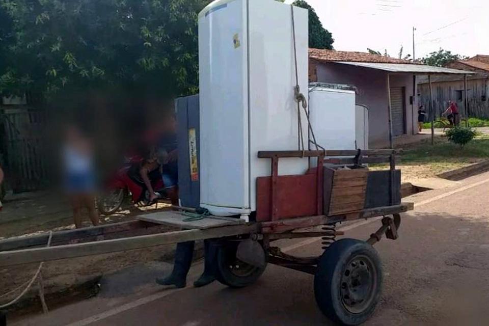 Ladrões usam carroça para arrombar casa e levar móveis