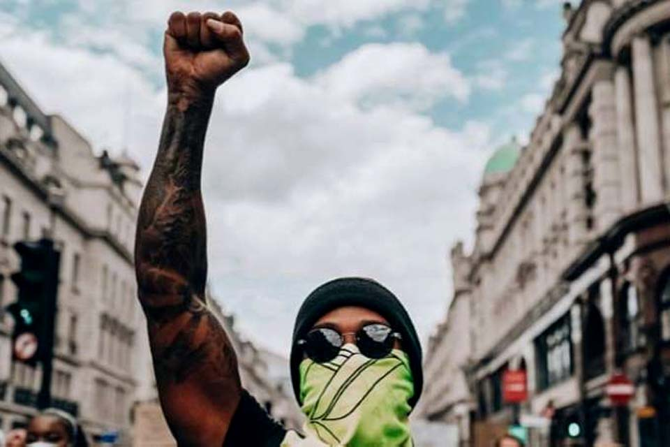 Hamilton se disfarça e vai às ruas de Londres participar de ...