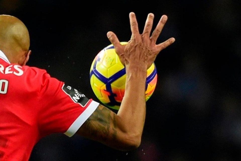 Mão na bola, pênaltis e VAR: têm mudanças nas regras do futebol para 2020-21