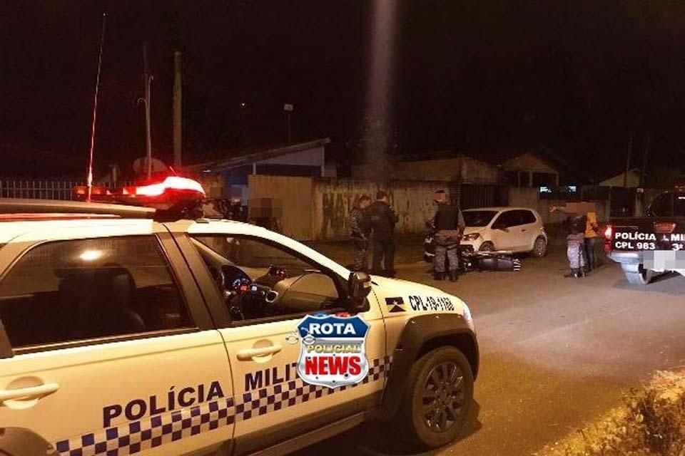 Motociclista embriagado atinge carro estacionado, tenta fugir e acaba preso pela PM