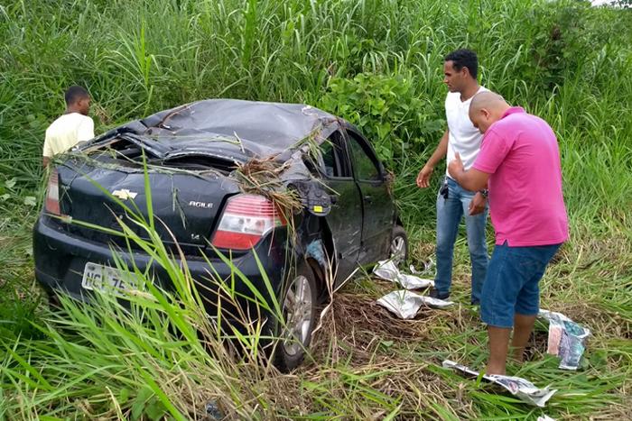Condutor tenta ultrapassagem proibida e causa acidente na BR 364