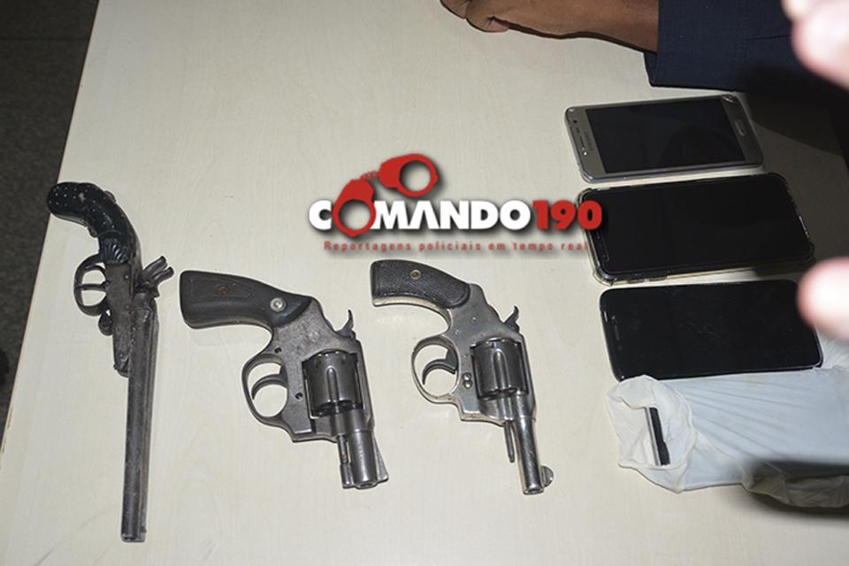 Dois assaltantes morrem em troca de tiros; um fica ferido e dois são presos