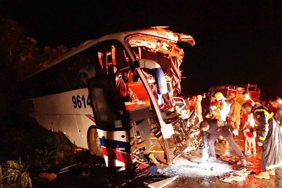 Colisão frontal entre ônibus e carreta deixa seis mortos e 26 feridos na BR-364