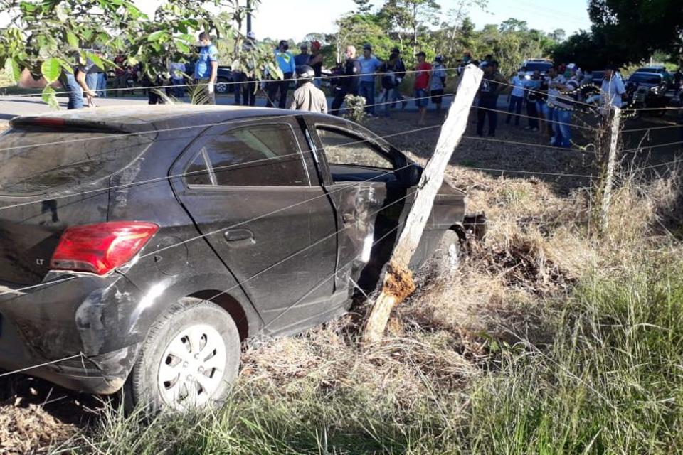 Acidente envolvendo dois carros e uma moto deixa uma vítima fatal