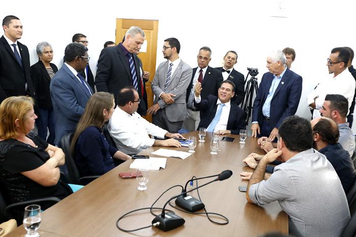 Deputados discutem com prefeitos votação de projeto que garante socorro aos municípios