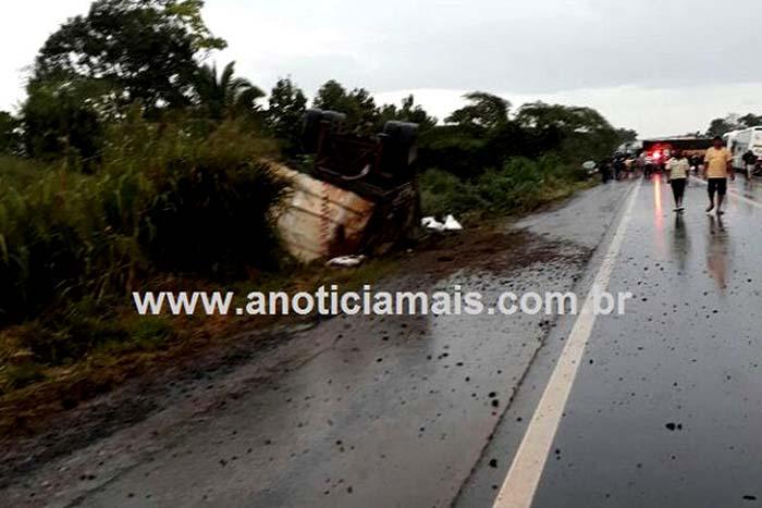 Acidente na BR-364 entre duas carretas e um caminhão deixa vítima fatal