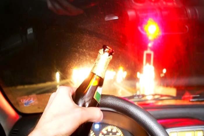 Motorista tenta atropelar policiais e se choca em viaturas ao fugir da Lei Seca