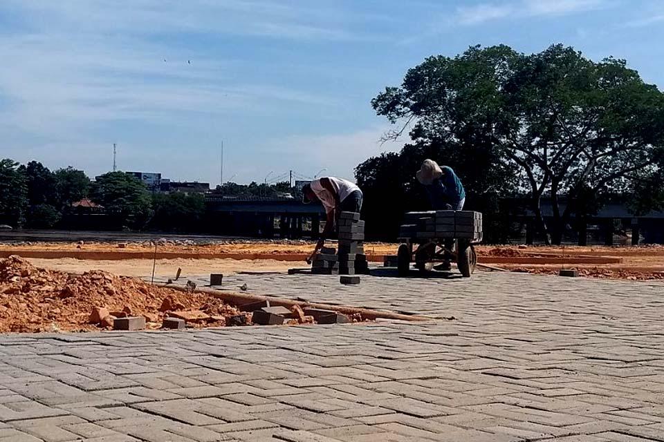 Obras do Beira Rio avançam com calçamento em tijolo confeccionado com concreto