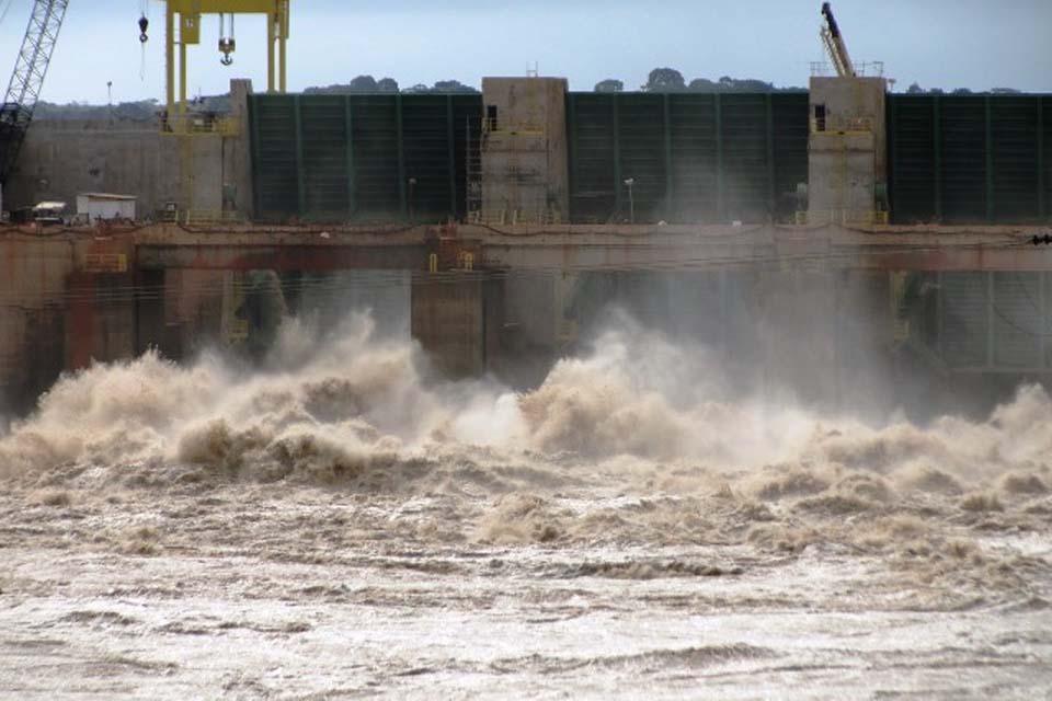 Usina de Jirau inunda parque, é punida e protesta
