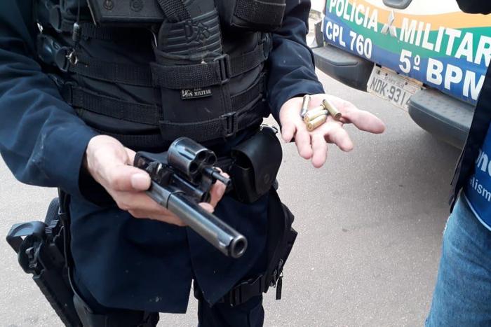 Dupla é presa com arma de vigilante após roubo de moto