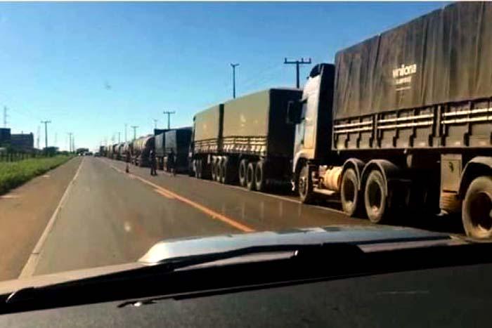 Caminhoneiros fecham BR 364  no sul de Rondônia contra o aumento dos combustíveis