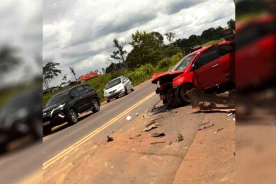Acidente entre automóvel e caminhão é registrado na BR-364 em Presidente Médici