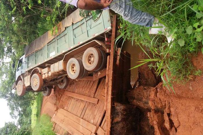 JARU: Caminhão carregado com milho cai em rio após ponte quebrar