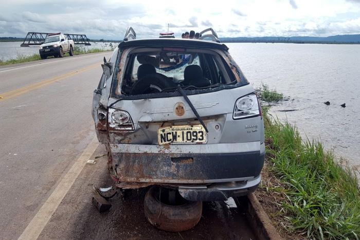 M�e e filho morrem ap�s Uber cair dentro de rio na BR-364