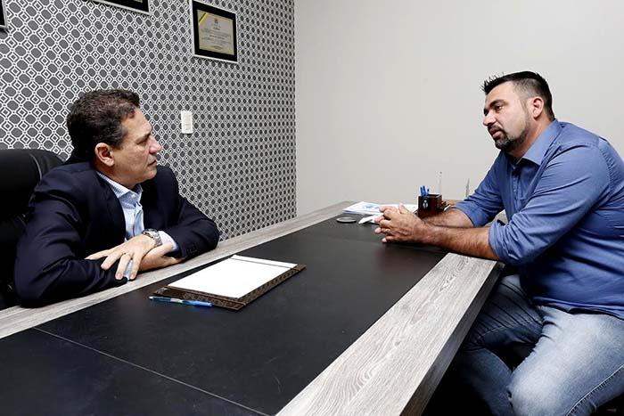 Maur�o de Carvalho atende prefeito de Costa Marques