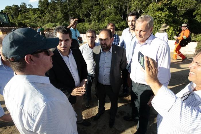 Deputados estaduais e senador  vistoriam obras em trecho que desabou na BR-364