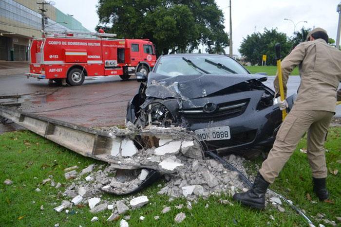 Jaru: Carro destrói poste em violenta colisão na Av. JK