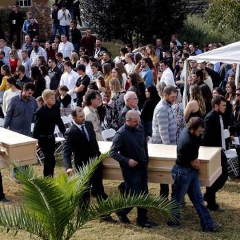 Corpos de três das nove vítimas de chacina no México são enterrados