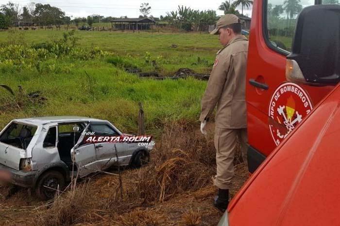Táxi com três pessoas roda em pista e bate em cerca de propriedade rural na RO-383