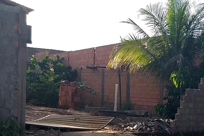 Condutor de caminhonete derruba muro e poste de eletricidade