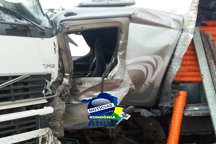 Br-364: Caminhão colide frontalmente com carreta