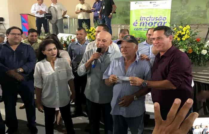 Maurãode Carvalho acompanha sorteio de endereços de apartamentos em Ji-Paraná
