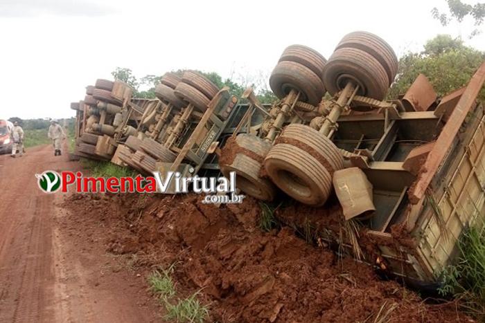 Carreta tomba e derruba poste na na zona rural de Pimenta Bueno