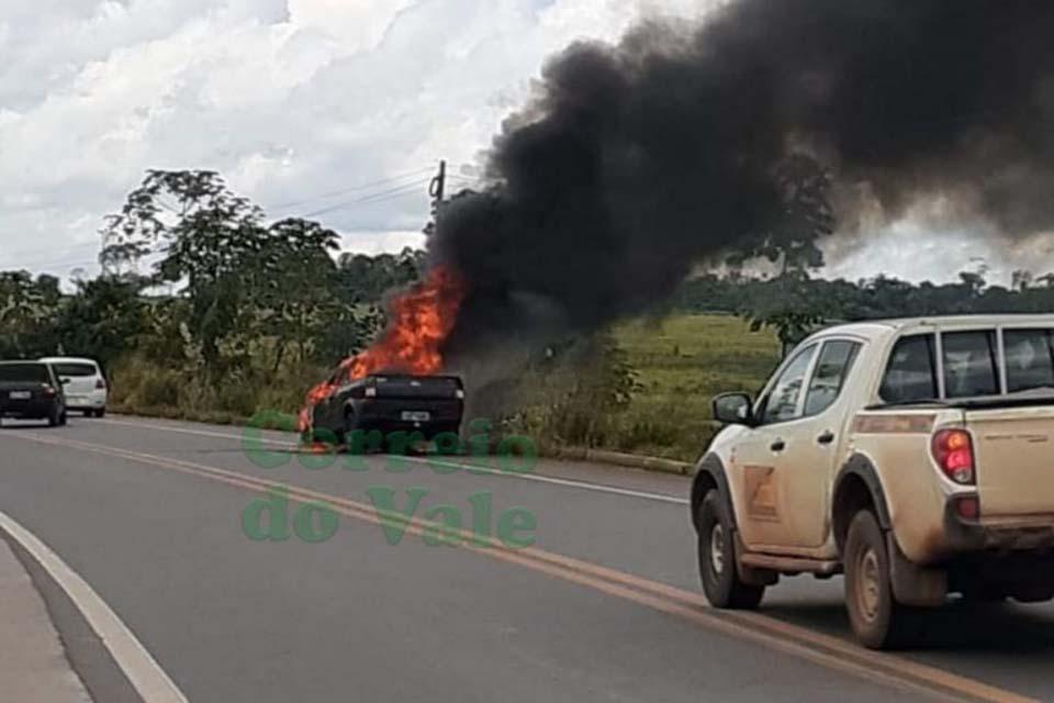 Carro pega fogo na BR 364 entre Presidente Médici e Cacoal